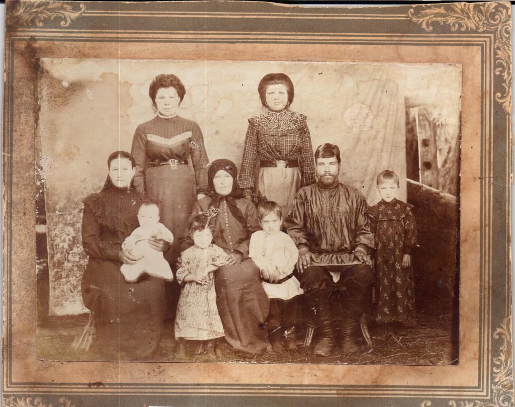 Губин Григорий Павлович и Губина Наталья Терентьевна с семьей